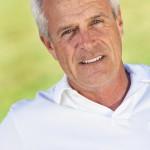 glücklicher-hübscher-älterer-mann-50563610